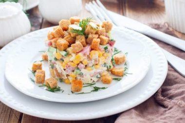 Маккажўхори, қуритилган нон бўлаклари ва бодрингдан 10 дақиқада мазали салат тайёрлаймиз